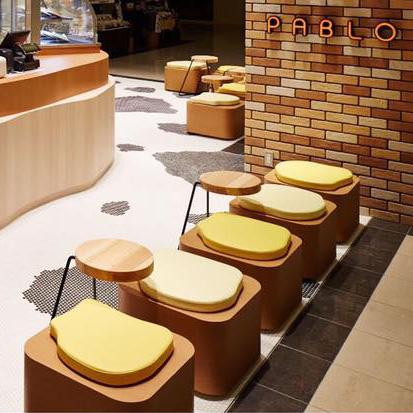 住道店の椅子はかわいいチーズ型クッション